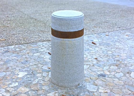 borne pierre bouchardée avec anneau corten